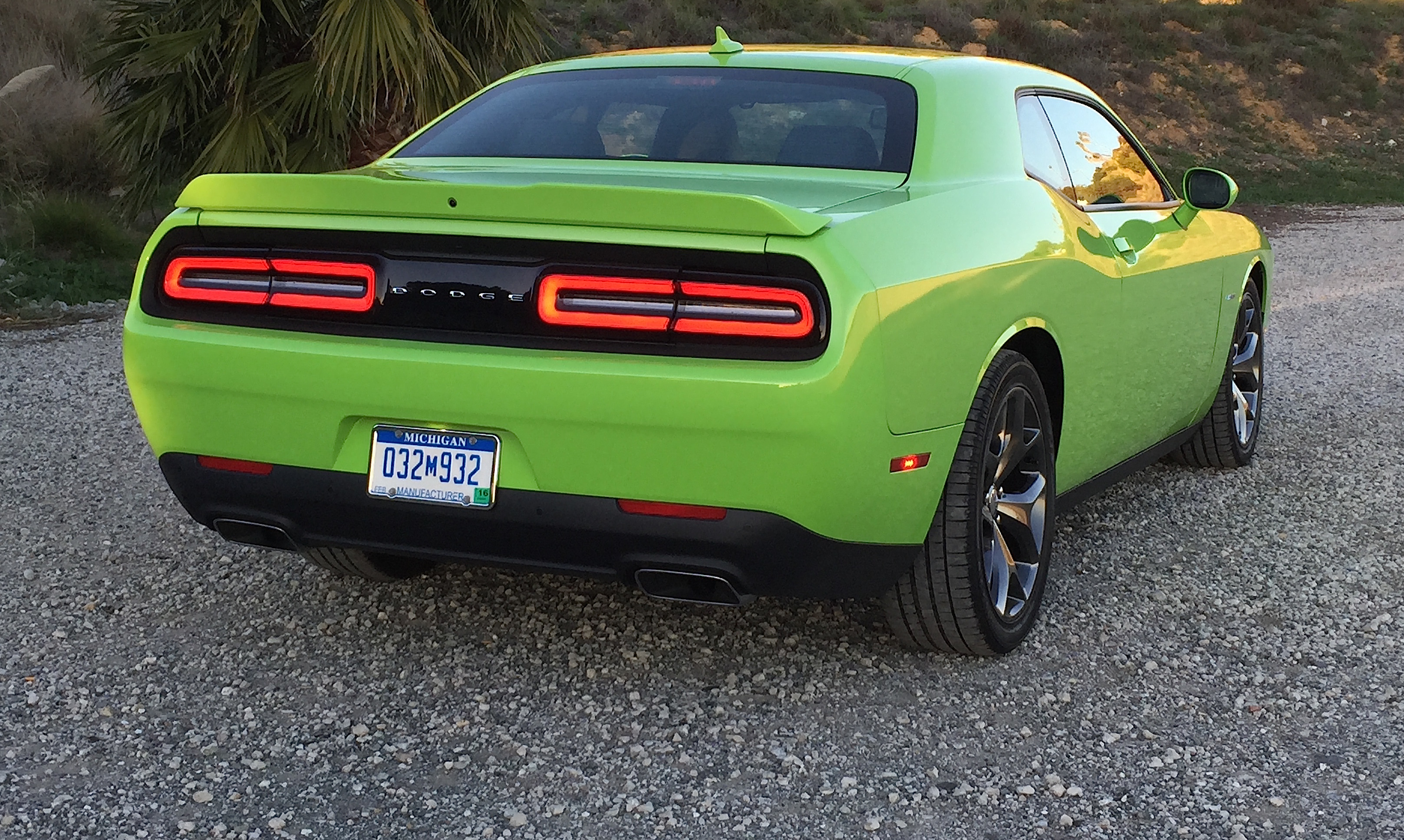 2015 dodge challenger r t review muscle car magic leaves. Black Bedroom Furniture Sets. Home Design Ideas